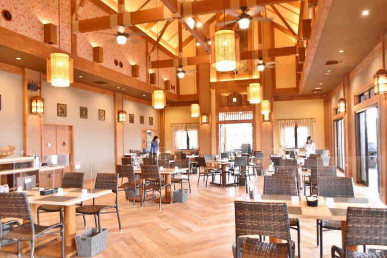 天井も高く、まるでバリのレストランのよう!