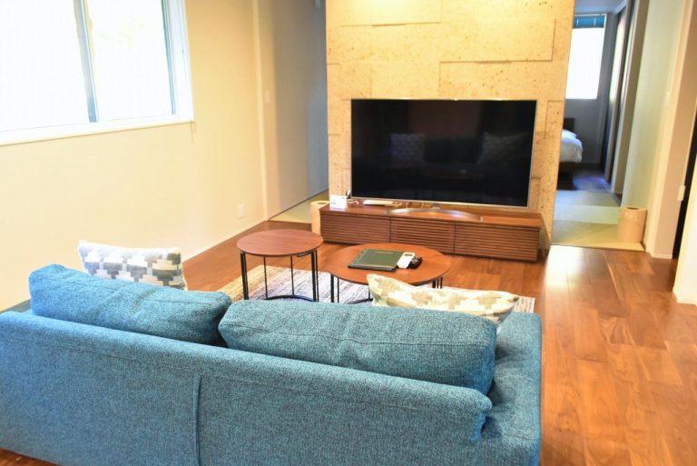 大画面のテレビを観ながらソファーで寛げる。