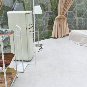 冷蔵庫や女優ライトが付いたドレッサーも完備。