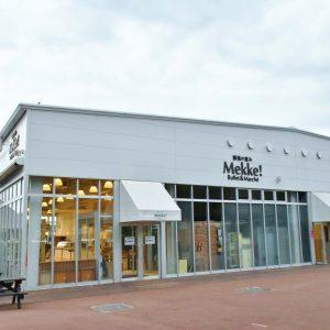 お土産屋さんの「Mekke!」ではスイーツや獲れたての野菜、手作りパンも販売。