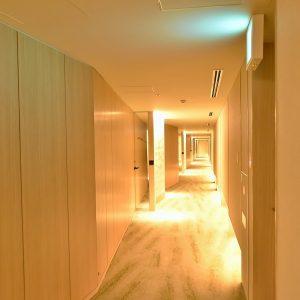 廊下をあえて真っ直ぐなラインにしないのもグエナエル・ニコラ氏のこだわり。