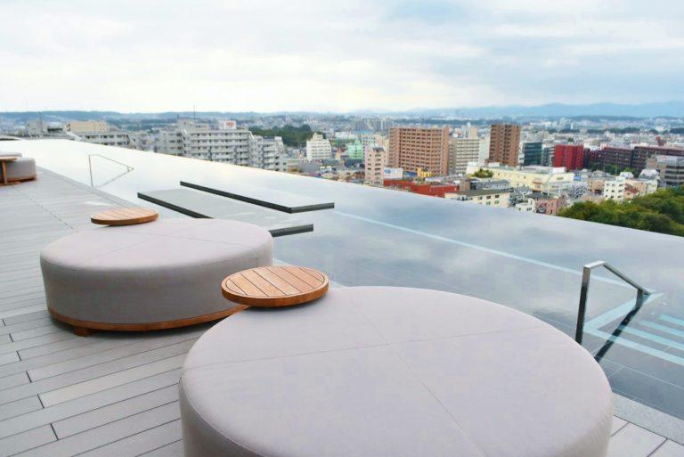 素晴らしい眺望が開け、空の大きさを感じられる東京でも数少ない贅沢なプール。