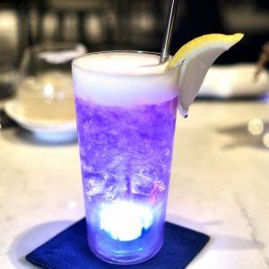 ゴッホの代表作のひとつ「星月夜」をモチーフにした「ムーンナイト」2,000円はレモンと混ざり合い青から紫へと変化。