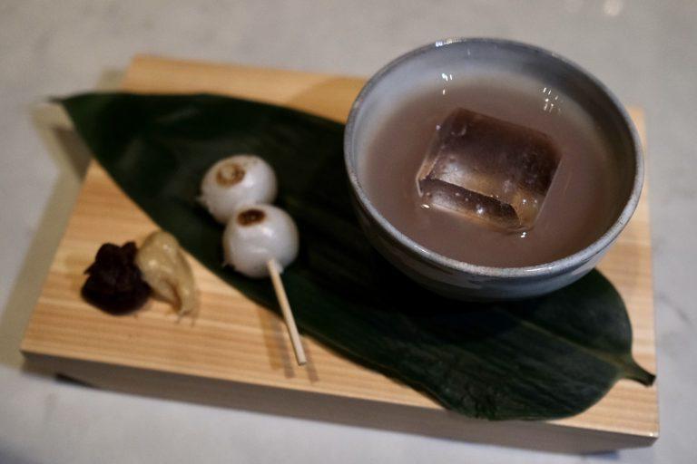江戸前の活気を描いた歌川広重の浮世絵から着想を得た、お汁粉風のカクテルに団子が添えられている「Matsuri」2,000円。