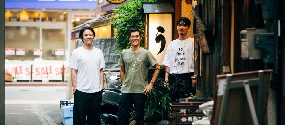〈鰻 はし本〉の店前にて。路地の中で、「う」の看板が目を引く。取材の前日には、〈K5〉のメンバーと西さんが鰻をいただいたのだそう。