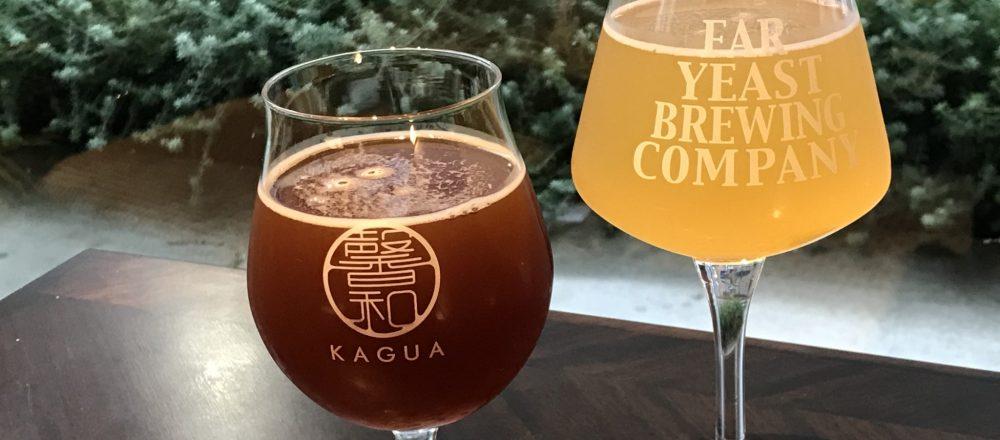 右・東京ホワイト(レギュラー700円、ラージ900円)左・馨和(かぐあ)ルージュ(レギュラー900円、ラージ1100円)。写真は共にレギュラーサイズ。香りを楽しめるよう、ビールはすべて一番合った形のワイングラスで提供されます。