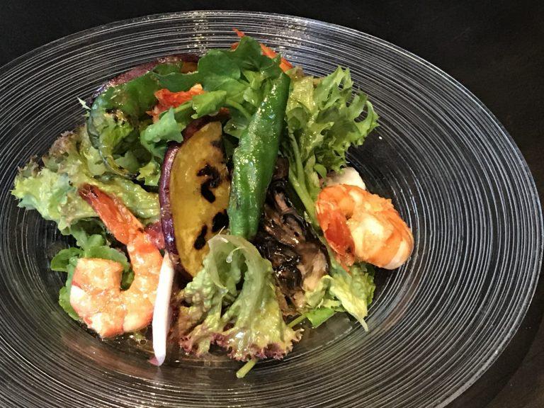 ガーリックシュリンプと旬野菜のサラダ1300円