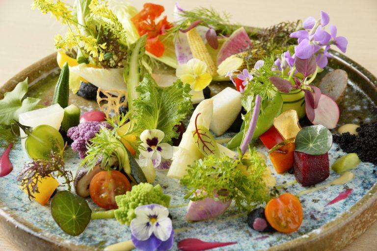 「大地のサラダ」に使用している、季節の旬の野菜は30種類以上。ハーブやエディブルフラワー等を加えると50種類近くになる。
