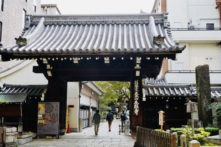 総門。明治12年にこの場所に移設された登録有形文化財です。