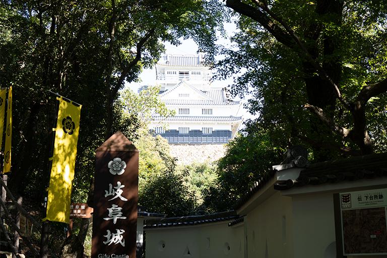木の間から岐阜城が見える撮影スポット。