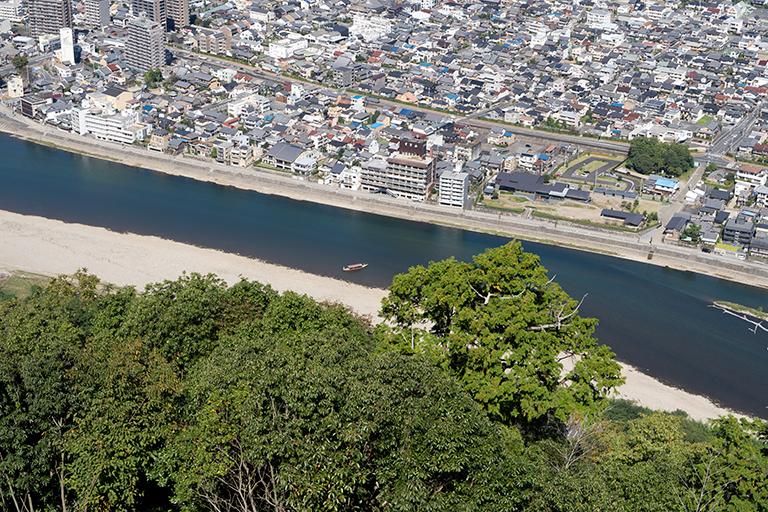 眼下には日本屈指の清流、長良川。水が青く澄んでいるのわかります。