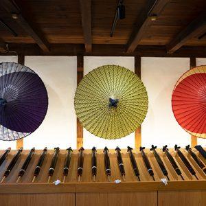 現代的な色合いの和傘が飾られています。