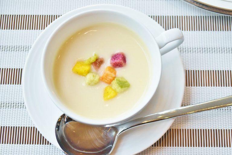 カラフルなトッピングが白に映える「温かいカリフラワーのスープ」。
