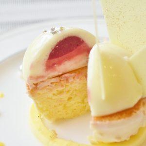 真っ白なケーキから、ベリーのコンフィチュールとムースが!