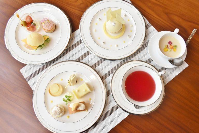 ドリンクは「スイートベリーズ」。ハイビスカス、りんご、ラズベリーをブレンドした甘酸っぱいお茶が白いスイーツとよく合う。