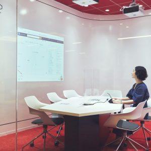 AIが会議のネタとなるキーワードを表示する部屋