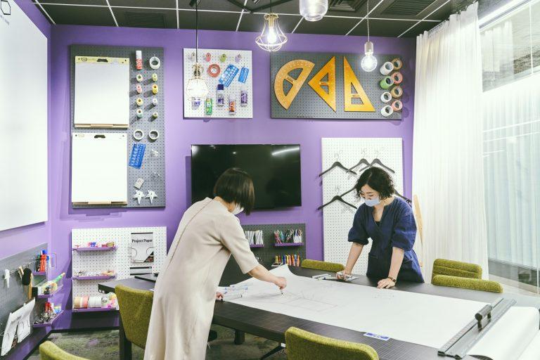 1人で気軽に利用できるオープンスペースのほか、個性豊かな会議室が特徴。文房具に囲まれた部屋などがあり、会議の内容や気分で空間を選べる。オンライン会議に最適な個室や電話専用のブースも完備。「会議が楽しくなって、アイデアが浮かびそう!」