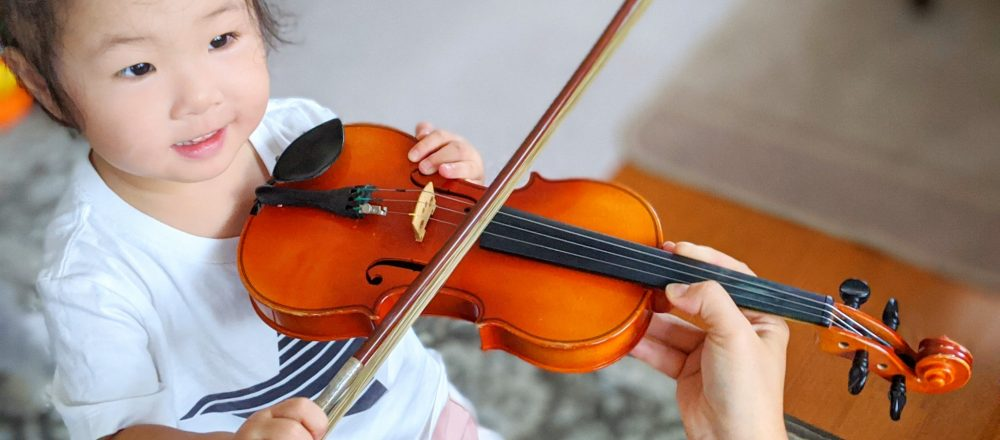 2歳の姪も最近ピアノやヴァイオリンに興味を持つようになりました。