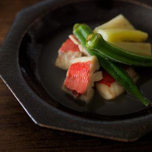 キンキの塩煮には、魚の出汁がたっぷりしみこんだオクラと茄子も合わせて。