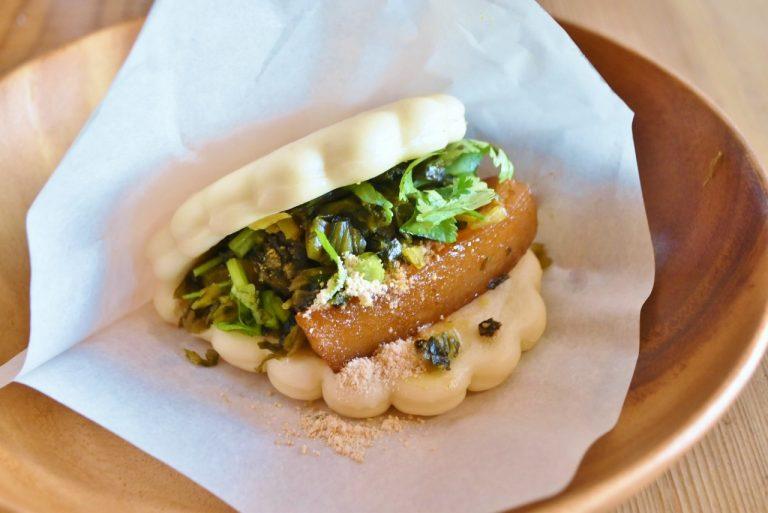 こだわりの角煮とパクチーやナッツパウダーなどをサンドした「角煮サンド」(420円)はお店の看板メニュー。