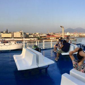 出港前。後ろにそびえ立つのはナポリを象徴する、かの有名なヴェズヴィオ火山。
