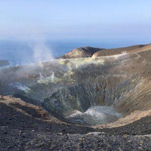 いつまでも見ていたい神秘的な光景。窪んだ噴火口からは白煙がもくもくと噴出!岩にはネオンイエローの硫黄が付着。