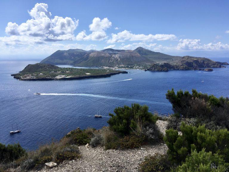 海を挟んで向かい側には、先ほどまで滞在していた〈ヴルカーノ島〉がまるごと臨める。