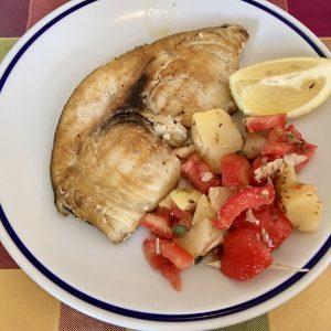 近くのメッシーナ海峡でとれた旬のメカジキ。それにジャガイモ、トマト、ツナを和えた付け合わせ。シンプルで優しい家庭料理を提供する〈Bar Tiffany〉。