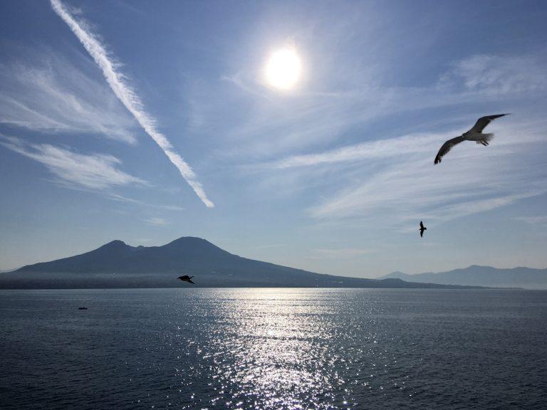 島生活を終え、ナポリの港に到着する朝。美しい…。