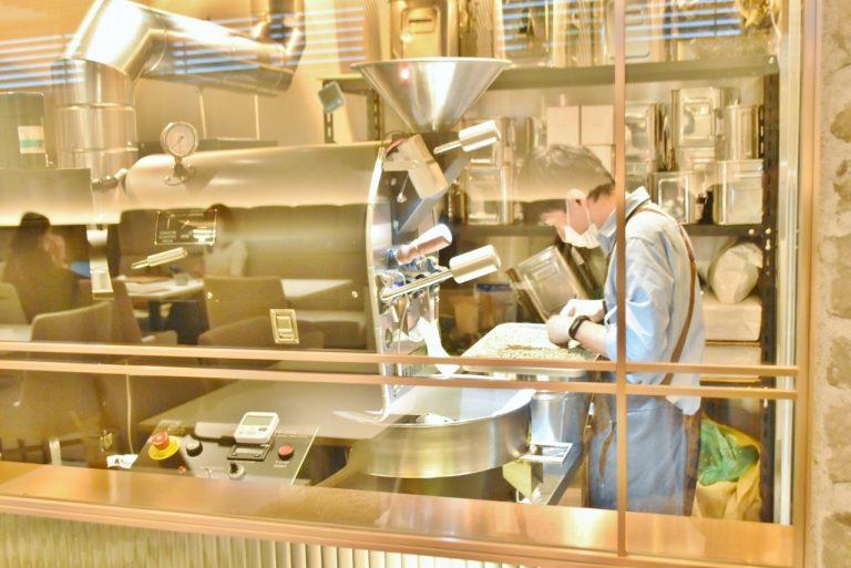 ロースターが豆を厳選しているところも見られる。