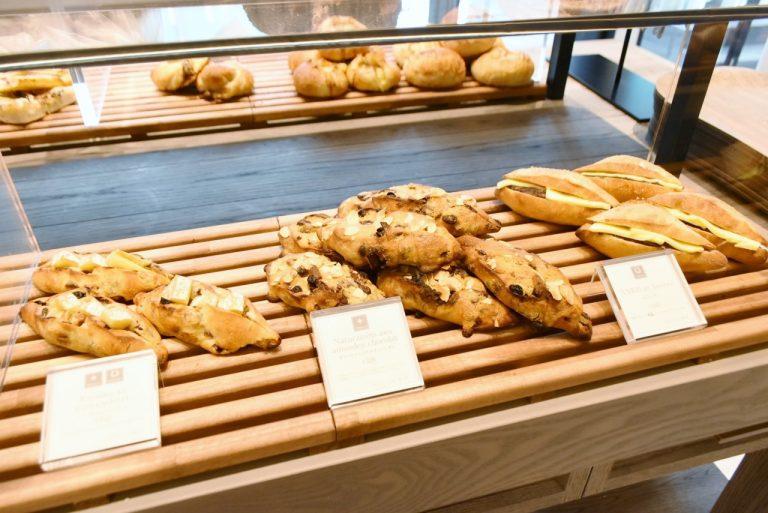 左から「レーズンとカマンベール」(350円)、「ダマンドショコラナチュレーザン」(350円)、「あんこバター」(280円)。