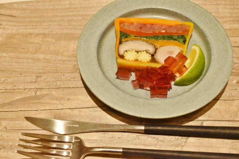 旬食材と極みだし、少しの天然塩で仕上げられた「季節によって色と食材を変える BGTテリーヌ〈紅葉〉~かぼすの香~」(単品 800円)は、かぼすを絞って野菜本来の旨味が楽める。