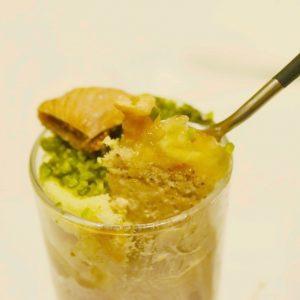 グラスデザートの「TUBOMI(種)」コーヒーのババロアやりんごやさつまいものピュレ、ドライフルーツとナッツ、ジェノワーズなどが層になっている。