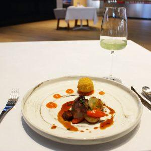 赤ワインで煮込んだ牛タンのソテー 黒胡椒とハチミツのソース/Kyoto Premium Gyokuro Green 65℃150sec。