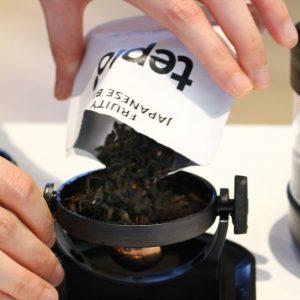 インフューザーに茶葉をセット。