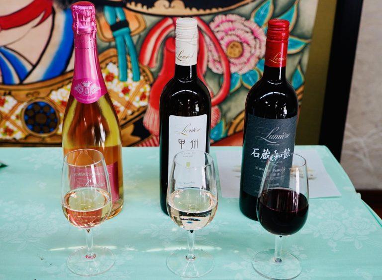 山梨ワインと「富士の介」のマリアージュ!(写真左から)乾杯用の「ルミエールスパークリングロゼ2017」「甲州シュルーリー2019」「石蔵和飲2019」。