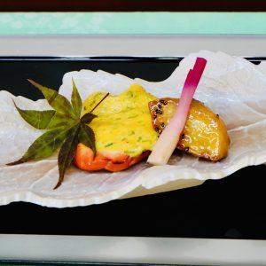 焼き物「富士の介木の子チーズ焼」。焼栗、焼りんご、紅白はじかみ。山梨の八珍柿であるりんごと栗を使い、鮭に合うチーズ焼きで仕上げたコクのある逸品。