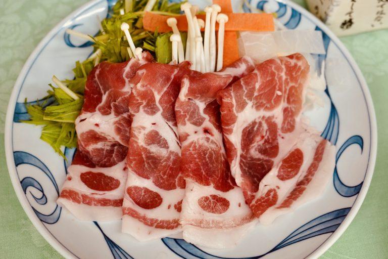 鍋物「富士桜ポークの出汁しゃぶ」。水菜、椎茸、榎木茸、長葱、大根、人参、柚子。