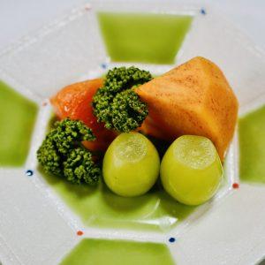 水菓子「シャインマスカット 広瀬の柿」。広瀬の柿は天皇に献上された実績も。