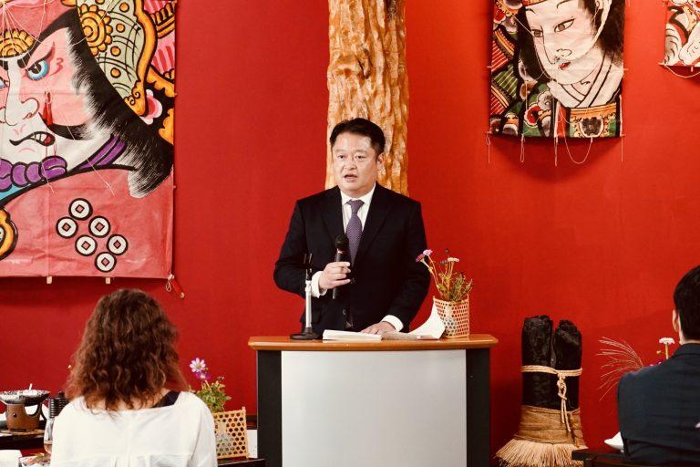 「富士の介フェア」の実施を祝して挨拶する山梨県の長崎幸太郎知事。