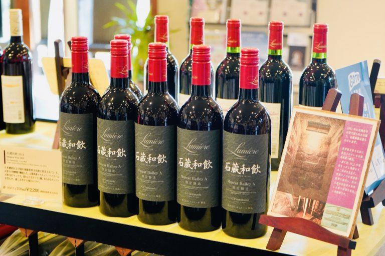 「石蔵発酵槽」で発酵した「石蔵和飲2019」2,200円(750ml)。山梨産マスカット・ベイリーA主体の赤ワインで、苺のようなアロマと酸、柔らかなタンニンを含んだ親しみやすい味わい。
