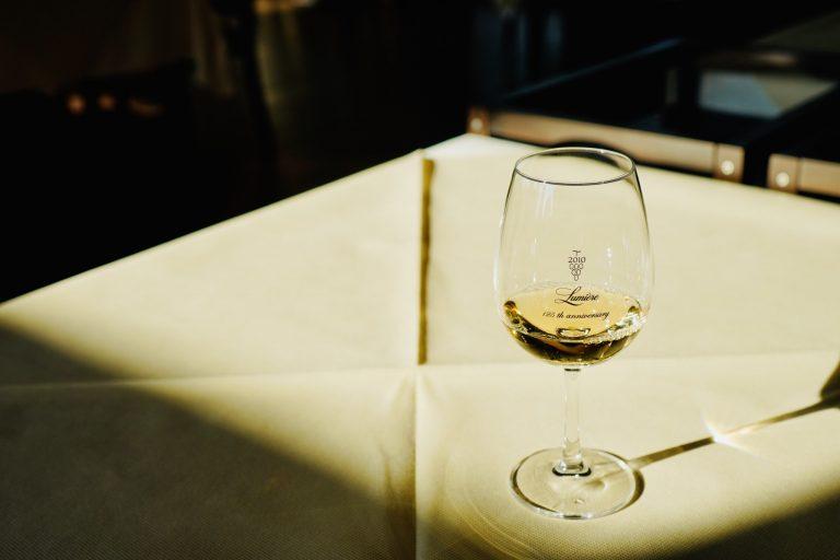 果皮や種から旨味を引き出したオレンジワイン。渋みの少ないフレッシュな味わいで、まろやかな果実香を酸が優しく引き締めています。