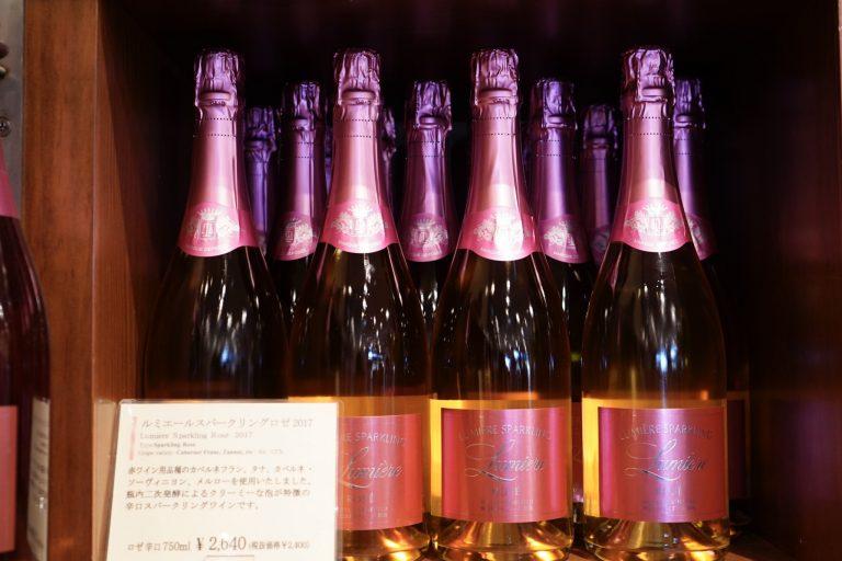 今回のランチの乾杯時にも登場した「ルミエールスパークリングロゼ」2,640円(750ml)。「赤ワイン用品種のカベルネフラン、タナ、カルベネ・ソーヴィニョン、メルローを使用。瓶内二次発酵によるクリーミーな泡が特徴のスパークリングワイン。