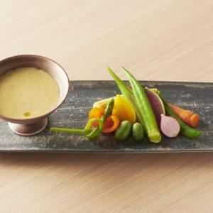 一品料理はスタンディングでも楽しめる。「香川の白味噌バーニャカウダ」1,150円。
