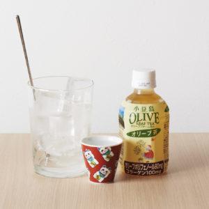 お茶ハイ550円〜の種類が豊富で楽しい。写真はオリーブ茶。