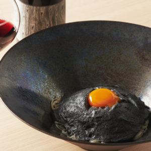 スペシャリテの「トリュフ香る黒釡玉そうめん」2,500円。ほか、和洋幅広いアレンジそうめんあり。自然派ワインは〈つかんと〉の大橋直誉さんがセレクト。「ラブレッド」グラス1,100円。
