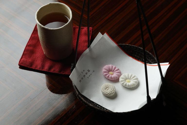ほうじ茶マリアージュセットでアフタヌーンティースタート。