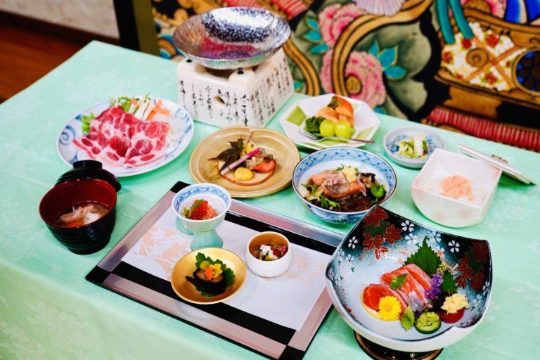 〈旅館きこり〉に宿泊すると食べられる「富士の介フェア」のコース料理。宿泊費20,000円/1名(税別・サービス料込)、別途入湯税150円/1名。「富士の介フェア」の該当宿泊プランは宿に要確認。