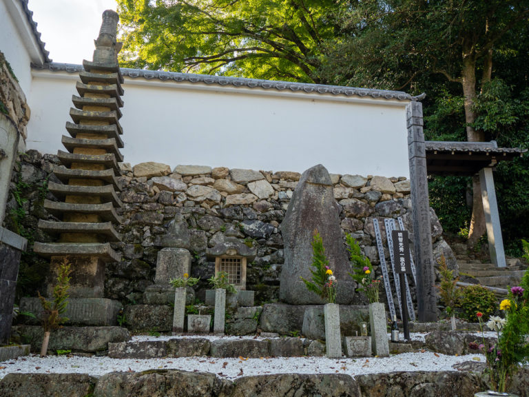 明智光秀とその一族の墓。