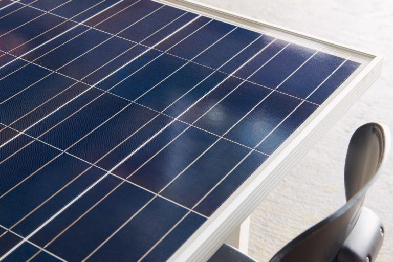 ソーラーパネルを再利用したテーブル。受注生産にて販売中。